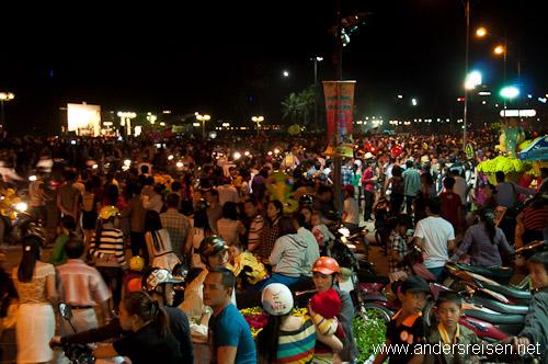 Bild: Kurz vor Mitternacht versammeln sich die Bewohner von Nha Trang vor dem Rathaus
