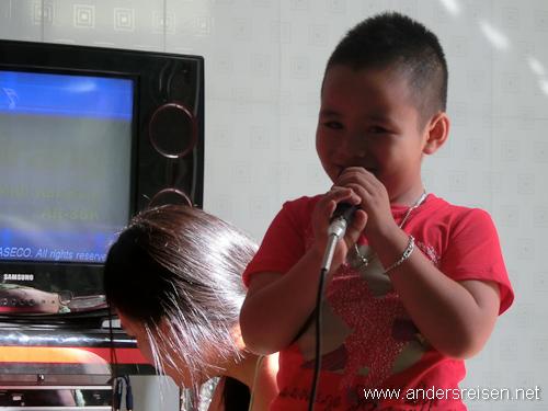 Bild: Phap zeigt den eingeladenen Gästen beim Karaoke was er kann