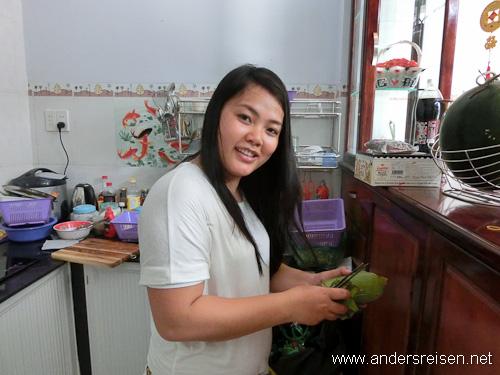 Bild: Phung beim Aufschneiden des Tet-Kuchens