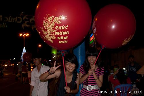 "Bild: ""Chuc mung nam moi - Happy New Year"" Luftballone um Mitternacht"