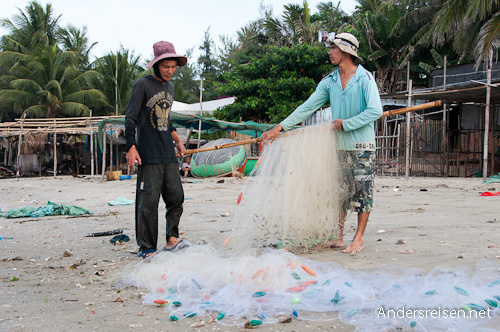 Bild: Fischer mit ihrem Netz in Mui Ne - Vietnam