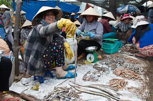 Bild: Fischerverkäuferin mit Tintenfisch - Vietnam
