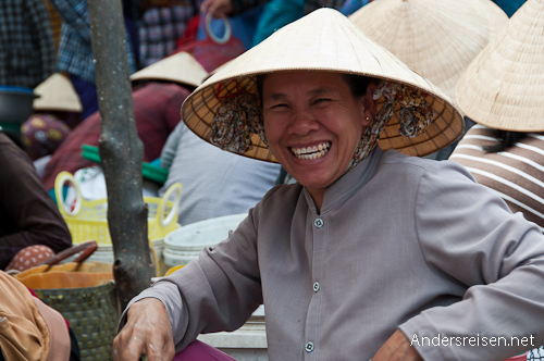 Bild: Fischerverkäuferin am Markt