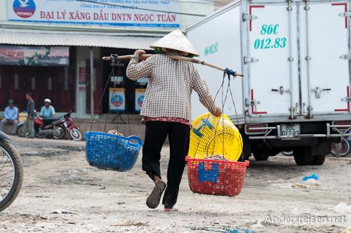 Bild: Träger mit Körben voll Fisch in Mui Ne