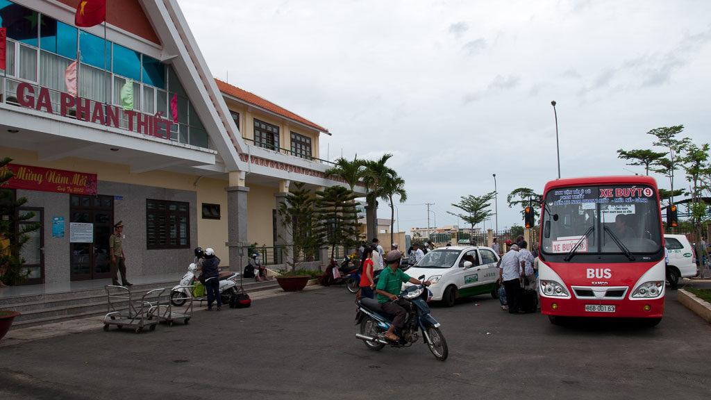 Die Reise mit dem Zug nach Mui Ne endet im neuen Bahnhof Phan Thiet