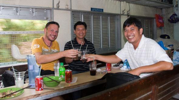 Im Speisewgen mit Thong und Phu (von links)