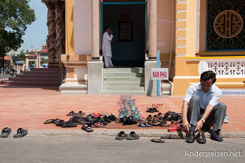 Bild: Schuhverbot - Der Cao Dai Tempel wird barfuß betreten