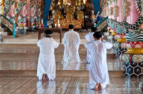 Bild: Gläubige beim Beten im Cao Dai Tempel