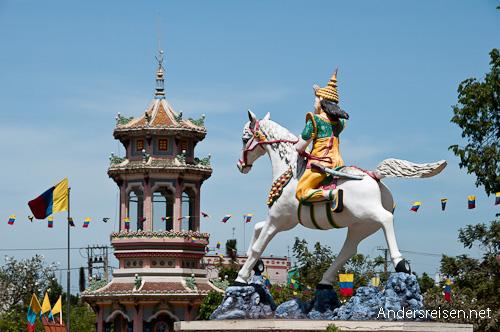 Bild: Park vor dem Cao Dai Tempel in Tay Ninh