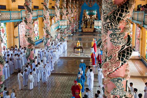 Bild: Die unterschiedlichen Farben der Gewänder spiegeln die Rolle der Zeremonieteilnehmer wider