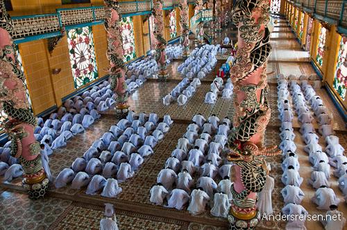 Bild: Gläubige verneigen sich beim Schlagen des Gongs