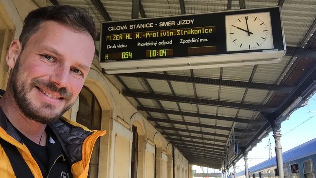 Andersreisender im Zug durch Tschechien