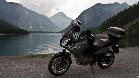 Bild: Plansee und Motorrad