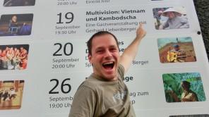 Bild: Gerhard vor den Programmankündigungen des emailWERKs