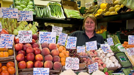 Bild: Obst- und Gemüseverkäuferin im Grainger Market in Newcastle