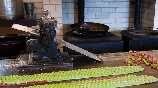 Bild: Händische Bonbonproduktion in Beamish