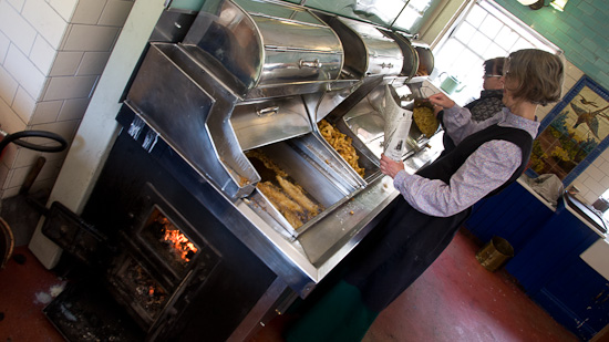 Bild: Fritteuse mit Holz befeuert