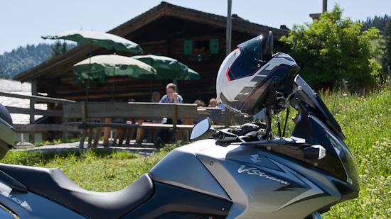 Bild: Motorrad vor der Schnitzhofalm auf der Postalm