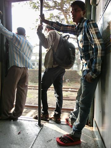 Bild: Offene Zugtüre in einem Vorortezug in Mumbai