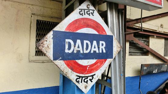 Bild: Stationsschild Mumbai Dadar