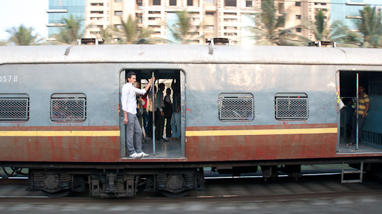 Bild: Vorortezug mit offenen Türen in Mumbai