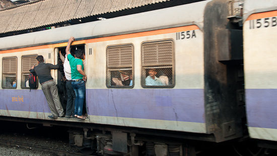 Bild: Voller Vorortezug in Mumbai