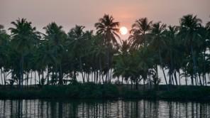 Sunset-Bootsfahrt in den Valiyaparamba-Backwaters