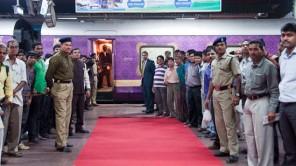 """Roter Teppich und großer Bahnhof für den """"Golden Chariot"""" in Bangalore"""
