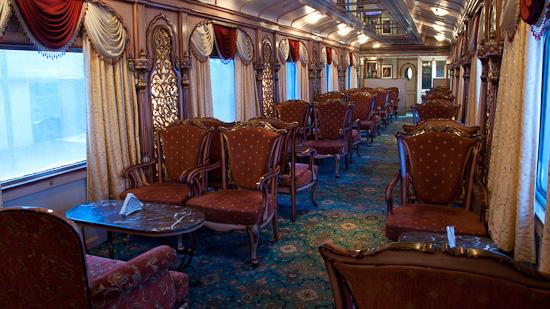 Bild: Lounge- und Barwagen im Golden Chariot Luxuszug