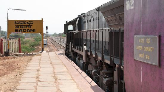 Bild: The Golden Chariot im Bahnhof Badami