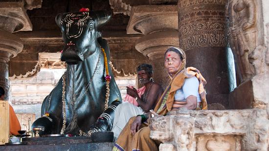 Bild: Nandi und Gläubige bei einem Tempel in Pattadakal