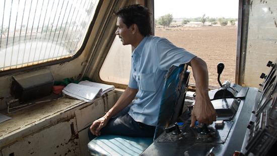 Bild: Copilot auf der Lokomotive in Indien