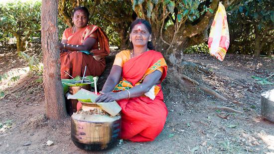 Bild: Frau mit Reistopf in Indien