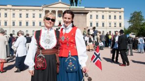 Bild: Damen in norwegischer Tracht in Oslo