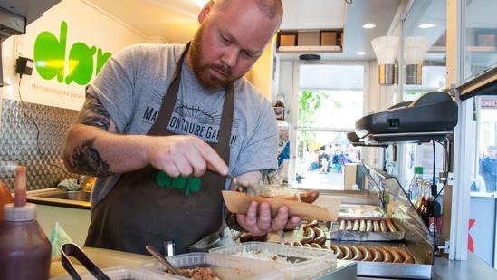 Bild: Vorbereiten des Hotdogs bei DØP