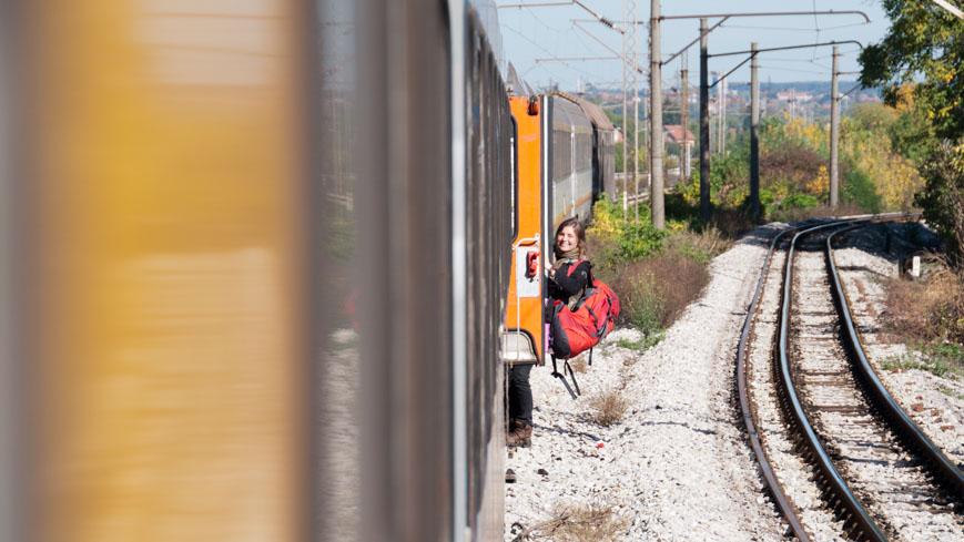 Bild: Unterwegs in den Zug einsteigen in Serbien