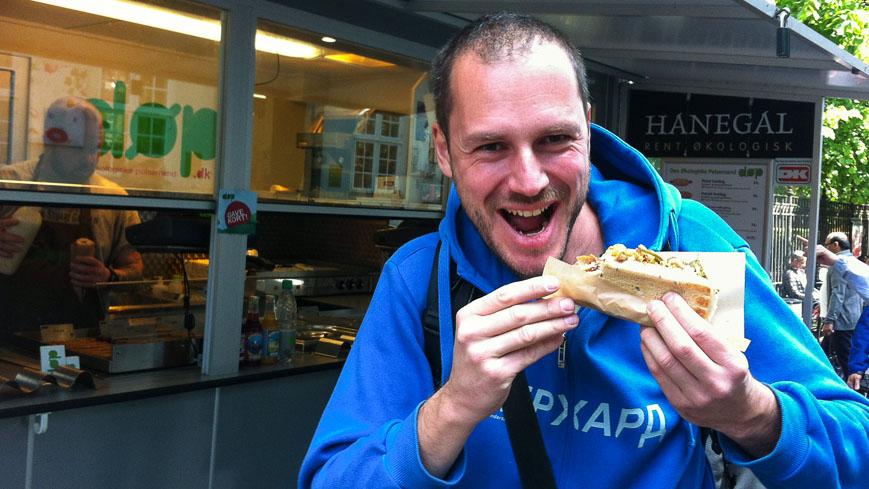 Bild: Gerhard mit Bio-Hotdog