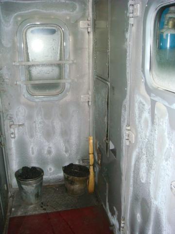 Bild: Gefrorener Einstiegsbereich bei einem Zug der Transsib