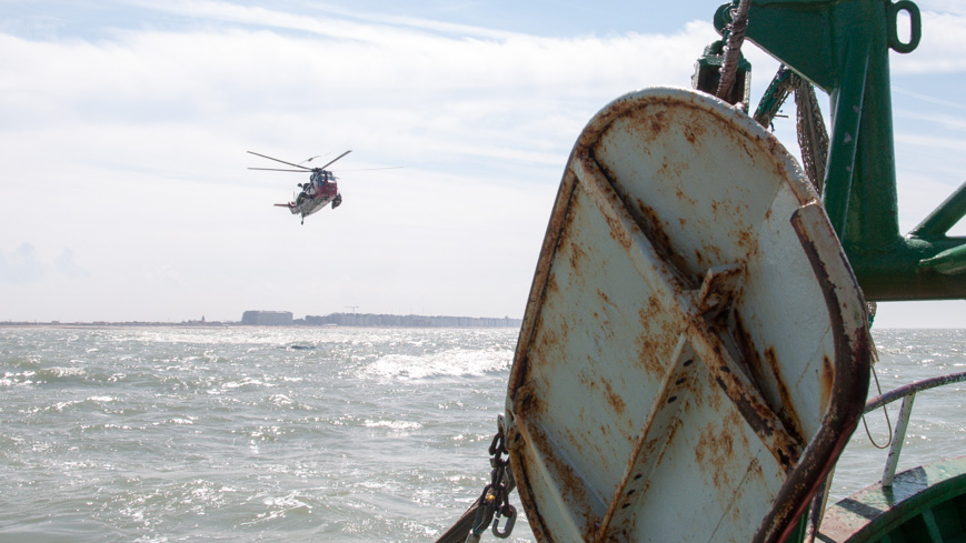 """Bild: Sea King Training am Krabbenfisch-Kutter """"Crangon"""" vor der Küste von Ostende in Belgien"""