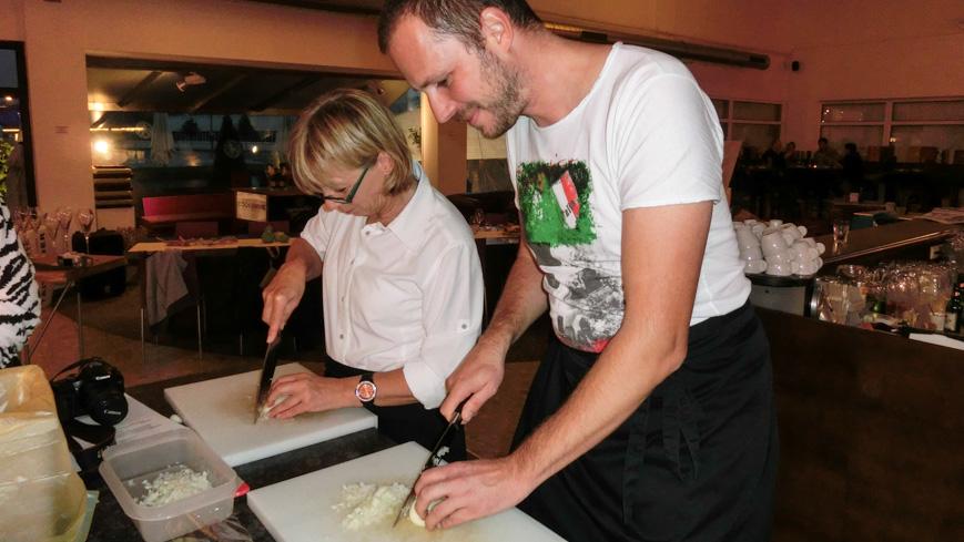 Bild: Sonja und Gerhard im Cook and Wine beim Zwiebelschneiden
