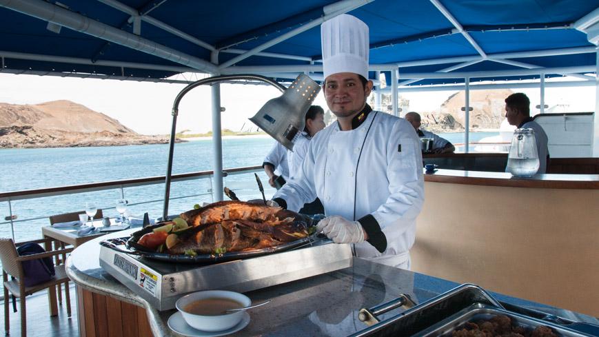 Bild: Mittagessen an Deck bei einer Galapagos Kreuzfahrt