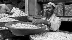Bild: Knoblauch-Verkäufer im Null Bazar in Mumbai