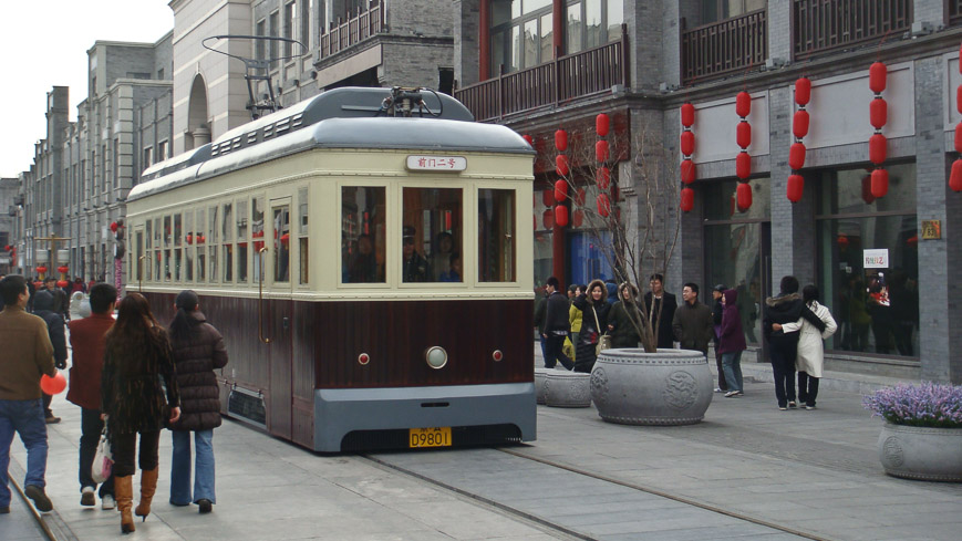 Bild: Tram in der Qianmen Dajie in Peking