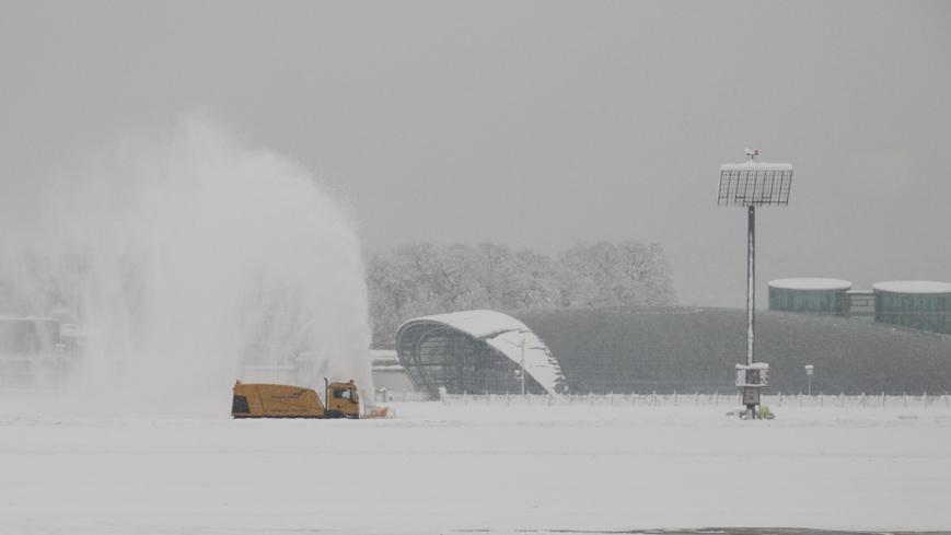 Bild: Schneefräse am Salzburg Airport im Winter