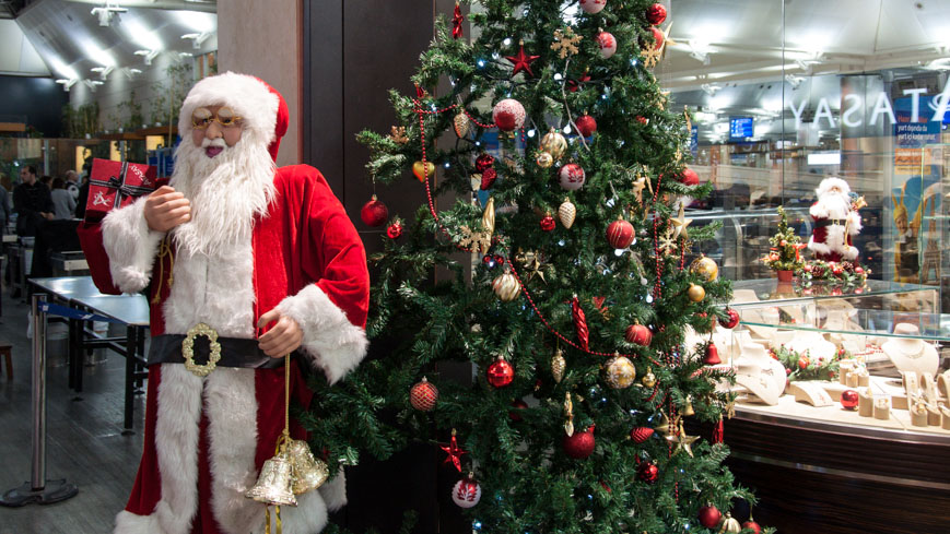 Bild: Weihnachtsmann am Flughafen Istanbul