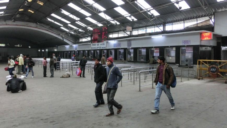 Bild: Tickethalle für Bahntickets ohne Reservierung in New Delhi