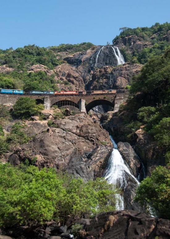 Bild: Chennai Express auf der Brücke über die Dudhsagar Wasserfälle