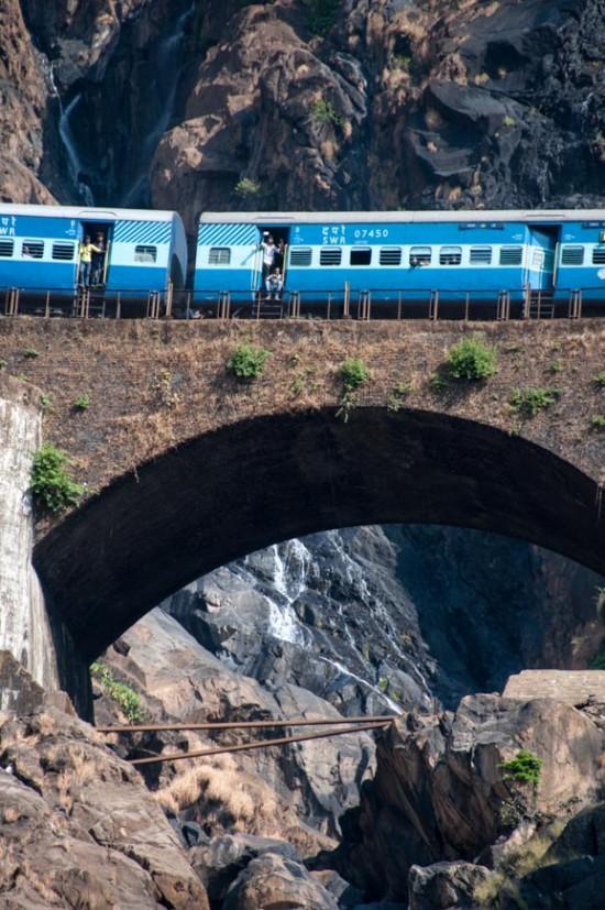 Bild: Chennai - Vasco Da Gama Express auf der Brücke über die Dudhsagar Wasserfälle