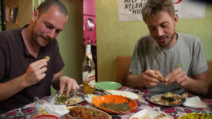 Bild: Gerhard und Mateusz in Johns Restaurant in Chaudi