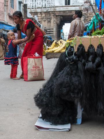 Bild: Haare werden in Tirupati vor dem Govindarajula Swamivari Gudi verkauft